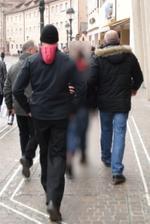 Drei Zivilpolizisten bei der 'Arbeit'