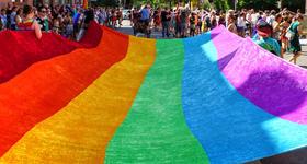 Regenbogenfahne beim CSD Freiburg 2015