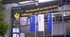Robin Wood Aktivist_innen installieren Protestbanner an EnBW-Zentrale in Karlsruhe