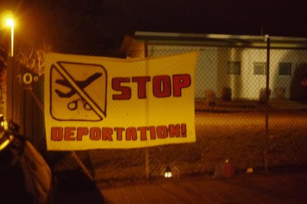 Mahnwache gegen Sammelabschiebung am Freiburger Flüchtlingswohnheim Mooswaldallee