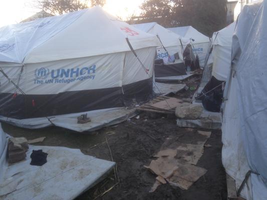 Schiefe UNHCR Zelte, schlammiger Boden