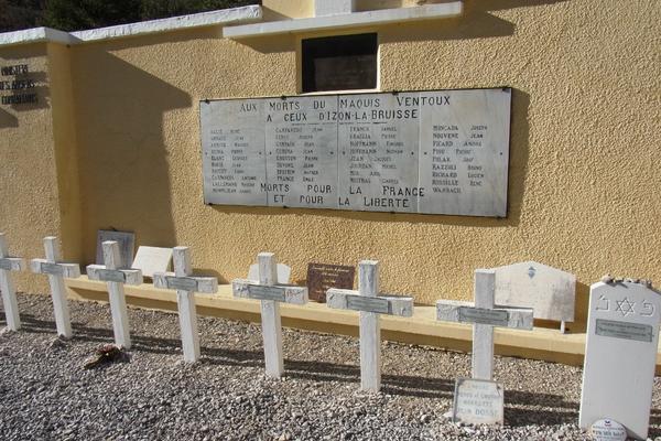 Gedenkstätte in Eygalayes. Die rote Marmorplatte kam von der Kuhlen Wampe.