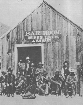 Die ersten Türsteher gab es in den Wildwest-Saloons, sagt Wikipedia: Saloon von J.W. Swart in Charleston, Arizona 1885
