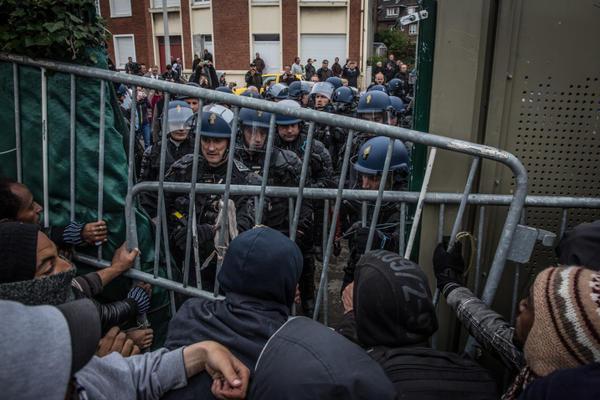 MigrantInnen in Calais stemmen sich gegen den Versuch einer polizeilichen Räumung