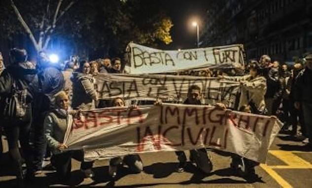 Posieren gegen Flüchtlinge in der römischen Vorstadt Tor Sapienza