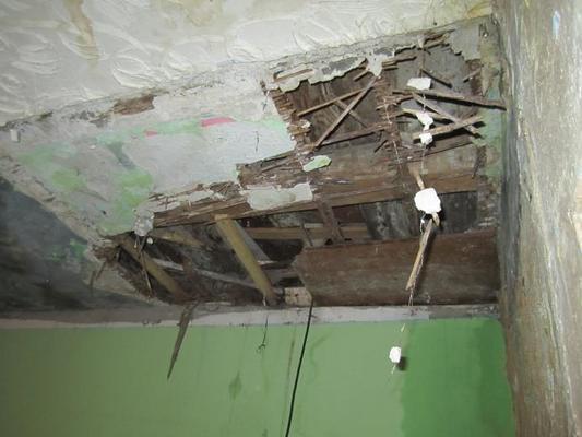 Dach, der unbewohnbaren Behausung der Familie Ametovic