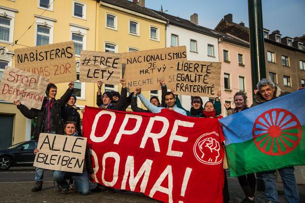 Solidaritätsaktion in Düsseldorf mit Protesten gegen Abschiebungen in Baden-Württemberg und Erfurt