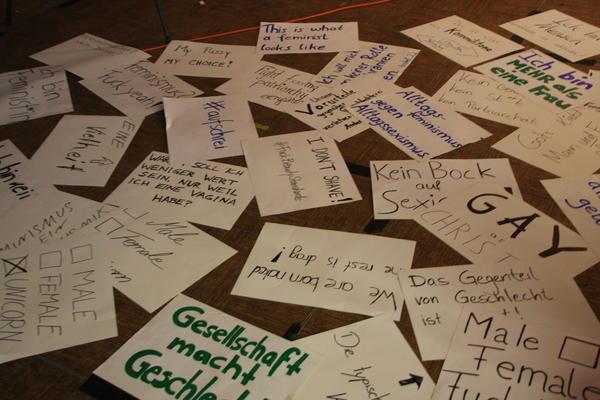 Bei der Fotoaktion des Gender-Referats kamen viele kreative Plakate zusammen.