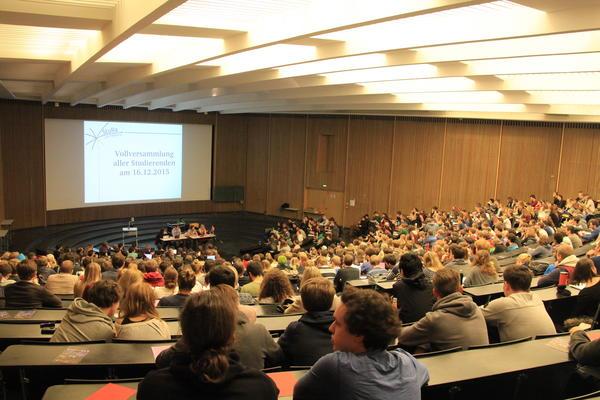 Studierende der Uni Freiburg bei ihrer Vollversammlung im Audimax