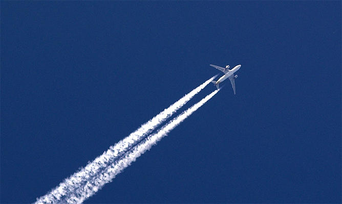 Flugzeug mit Abgasen