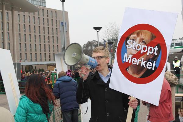 Rechte Anti-Merkel Demo vor dem Konzerthaus.