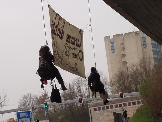 Transparent bei der Autobahnblockade.