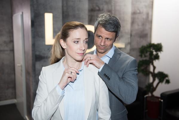 "Foto: RTL / Kristin Meyer (""Andrea Huber"") zusammen mit ihrem TV-Ehemann Jens Hajek alias ""Benedikt Huber"")"
