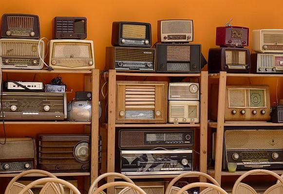 alte Radios im Regal für