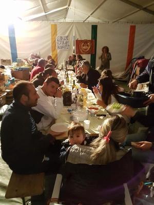 Abendessen im Zelt in Amatrice - mit Betroffenen des Erdbebens und freiwilligen HelferInnen