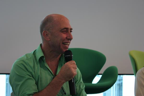 Olaf Stuve spricht lachend in ein Mikrofon
