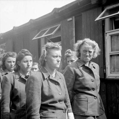 Frauen aus SS-Gefolge im KZ Bergen Belsen nach der Befreiung am 19. April 1945