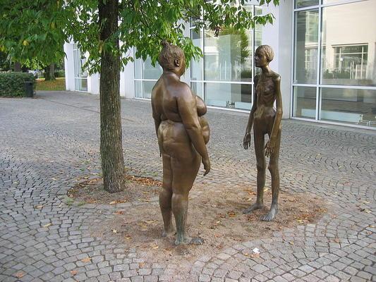 Vor allem die Körper von Frauen* werden mit gesellschaftlichen Schönheitsidealen abgeglichen
