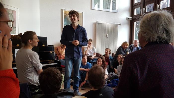 Der Veranstalter Ian Werum bei der Eröffnung des Jungen Dichter Abends