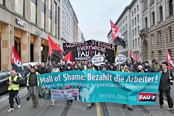 Demonstration der Gewerkschaft FAU gegen die Ausbeutung beim Bau des Mall of Berlin. Lizenz: CC-BY-NC-SA Autor: greenythekid