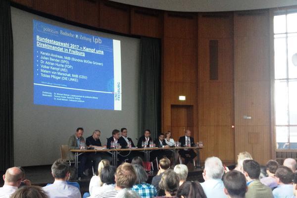 Auf dem Podium zur Bundestagswahl diskutierten (von links) Thomas Fricker (BZ), Tobias Pflüger (DIE LINKE), Matern von Marschall MdB (CDU), Volker Kempf (AfD), Adrian Hurrle (FDP), Julien Bender (SPD), Kerstin Andreae MdB (Bündnis 90/Die Grünen) und Arndt