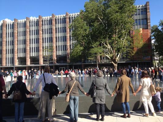 Menschenkreis am Platz der Alten Synagoge