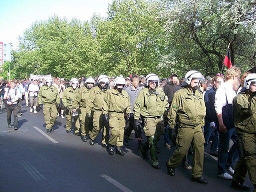 Bereitschaftspolizei läuft Spalier bei einer Demo gegen die Zwangsversteigerung der Köpi.
