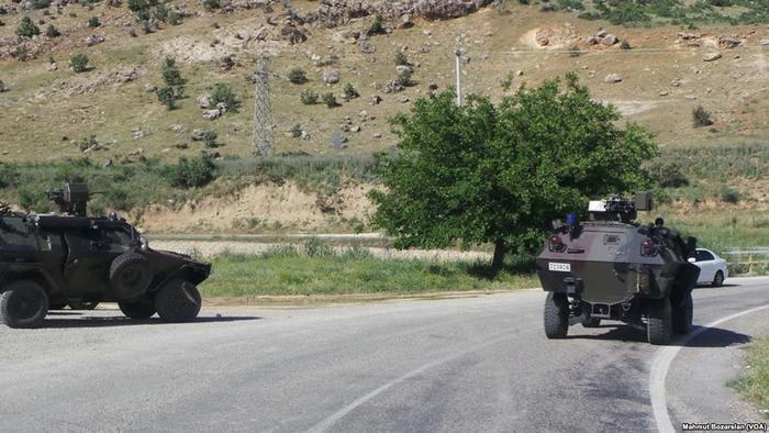 Hier noch auf der türkischen Seite Kurdistans: türkische Panzer in Diyabakir