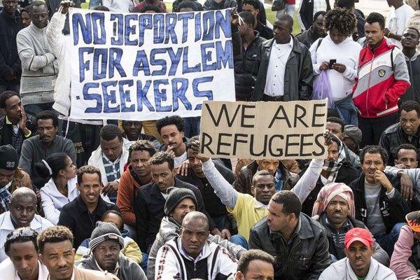 Protestierende mit Transparenten gegen Abschiebung