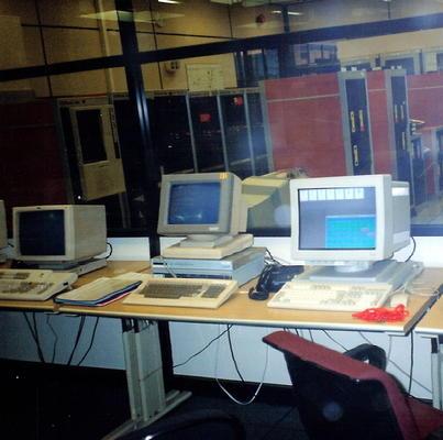 Drei Computer auf einem Schreibtisch im Jahr 1991