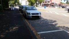(Nicht einmal) knapp daneben stehen diese drei (!) Falschparker in der Lehener Straße