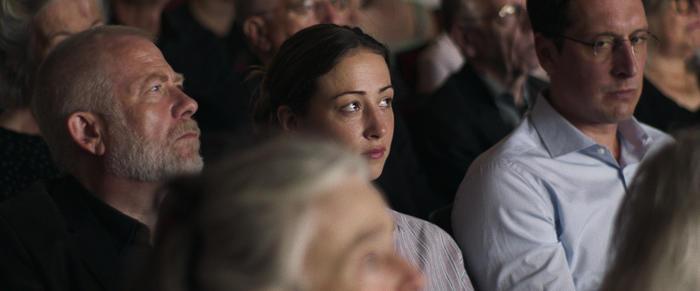Janne (Aenne Schwarz) mit ihrem neuen Chef Robert (Tilo Nest, l.) und Martin (Hans Löw, r.) im Theater