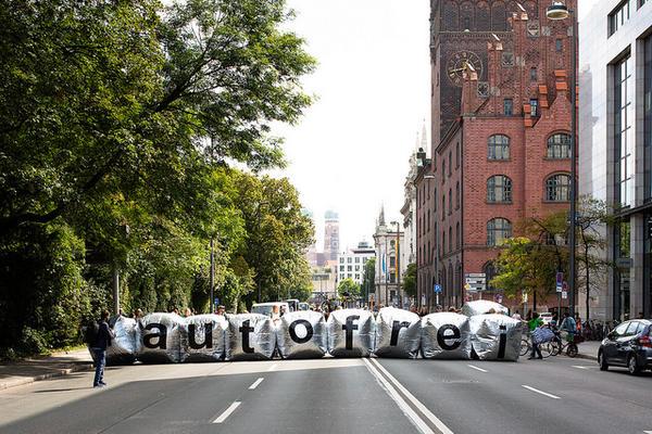 """""""Autofrei""""  - Menschen blockieren Münchner Strassen"""