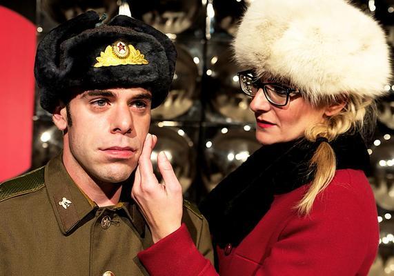 Das Bild ist eine Theater-Aufnahme. Zu sehen ist links Jochen Kruß alias Kerenzki und rechts Anna Tomicsek in der Rolle der Moderatorin Tatjana.