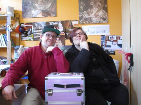 """Jugendhausmitarbeiterin Katja Glaus (re.) und Moderator Andy (li.), geplanter Infokoffer """"Pinky"""" in der Mitte"""
