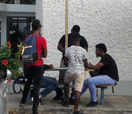 """Typisch russisch auf Jamaika: überall spielen """"seriöse Typen"""" Domino (Mona Campus der University of West Indies Kingston)"""