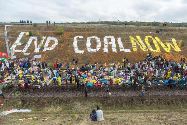 Aktivist*innen blockieren Kohlebahn