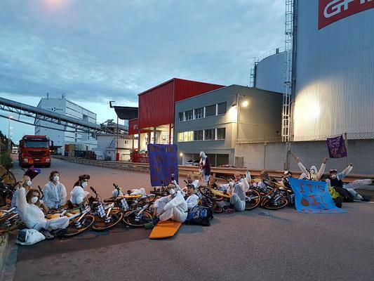 Menschen blockieren Ölhafen