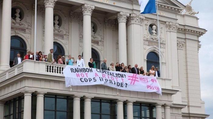 """Banner am Opernhaus Zürich """"Rainbow Capitalism - Not my Pride"""""""