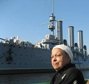 Lily Golden vor dem Panzerkreuzer Aurora, Sankt Petersburg 2007