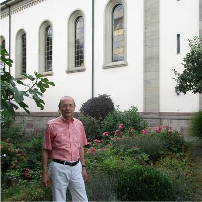 Pfarrer Winfried Oelschlegel im Garten vor der evangelischen Kirche in Bad Säckingen.