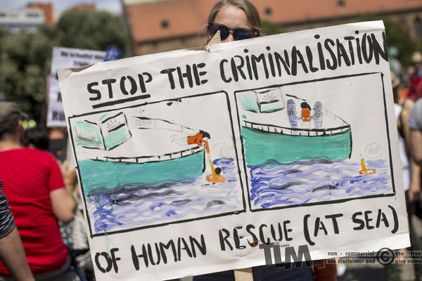 Plakat auf einer Demonstration zur Unterstützung der Seenotrettung. Darauf steht: Stop the Criminalisation of Humand Rescue (at Sea)