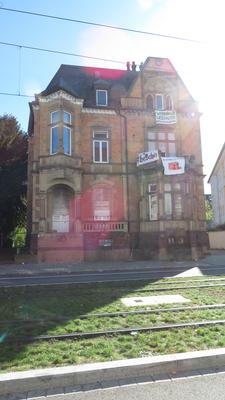 Die bestzte Kronenstr. 21, Villa mit Aktivist*innen auf dem Dach