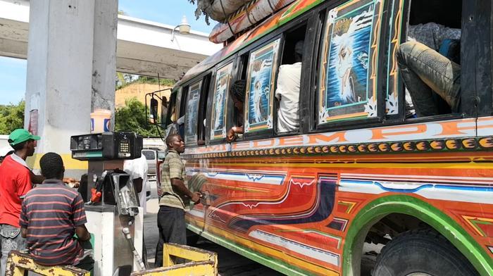 Bus an einer Tankstelle - Rationierte Dieselmengen