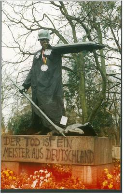 Die umgestaltete Germania-Statue auf dem Freiburger Hauptfriedhof zum Volkstrauertag 1994.