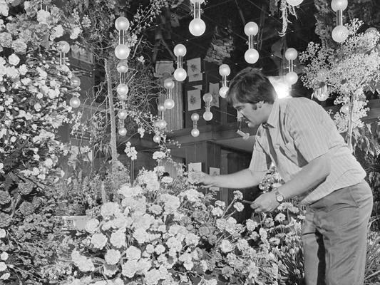 Zoni Weisz beim Richten eines Blumenbeets (1938).