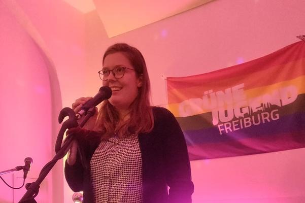 Organisatorin Jorinde Wiese vor einem Banner der Grünen Jugend