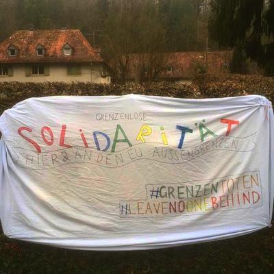 Ein Transpi zum Internationalen Tag gegen Rassismus an einem Haus in Freiburg