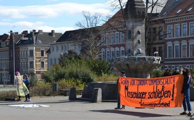 Menschen mit Bannern an einer Kreuzung in Lüneburg fordern die Evakuierung von griechischen Lagern