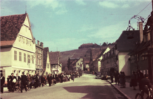 Beginn der Deportationen 1940 – auf dem Weg durch die Stadt Asperg zum Bahnhof. Bild: Bundesarchiv.